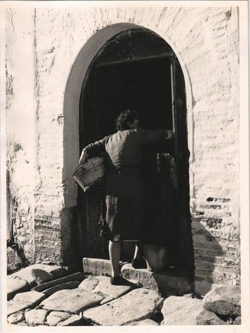 Entrant a casa a  Alpedrete. Madrid, 1957