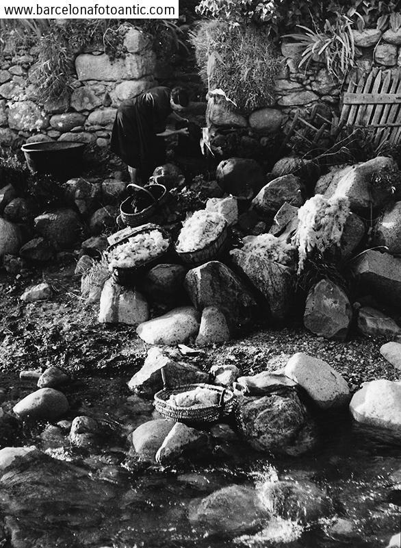 Lavando lana en el Río Garona, Valle de Arán