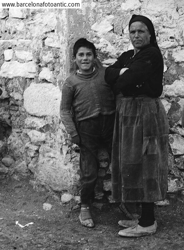 Mare i fill al Castell de Garcimuñoz.Cuenca, 1962