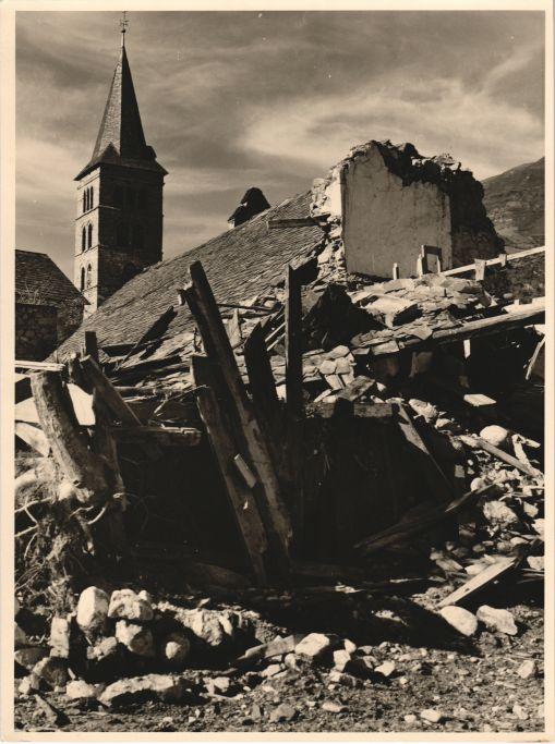 Efectes devastadors de la riada a Arties, 1963